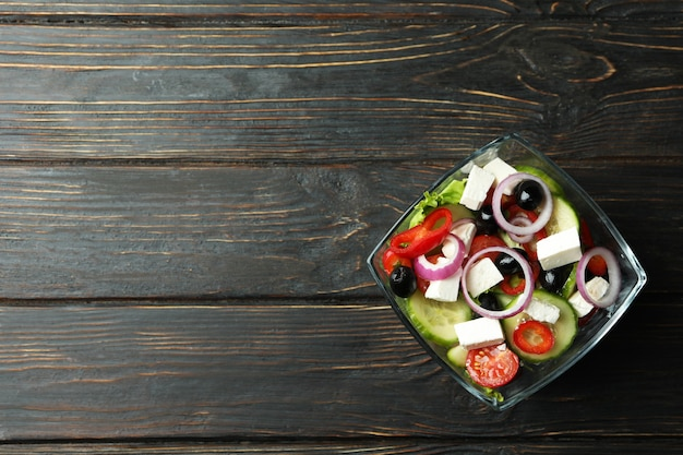 Kom griekse salade op houten