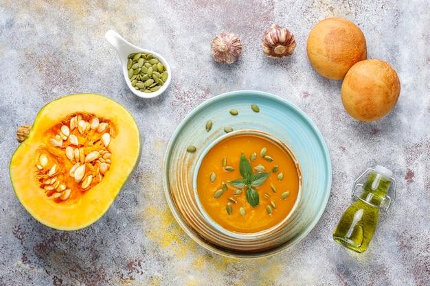 Kom heerlijke pompoensoep met zaden.