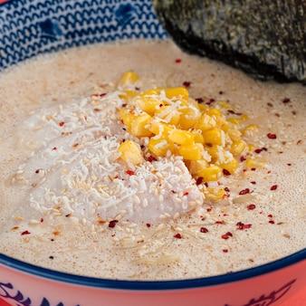Kom kaas ramen noedelsoep met maïs