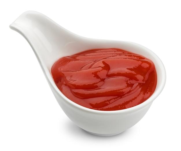 Kom ketchup geïsoleerd op een witte achtergrond met uitknippad