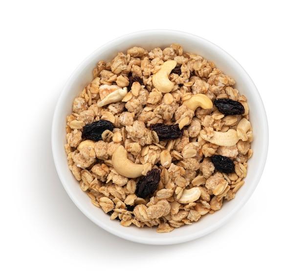 Kom knapperige muesli met noten geïsoleerd op een witte achtergrond