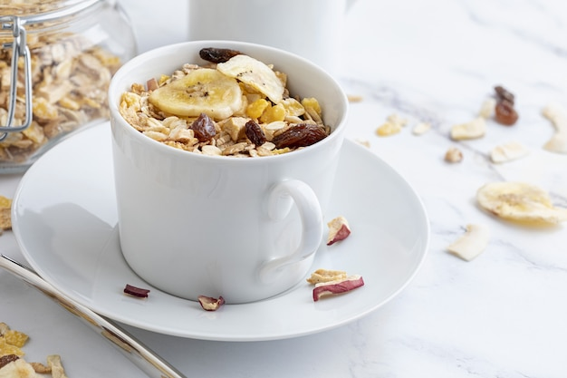 Kom melk met volle granen als ontbijt