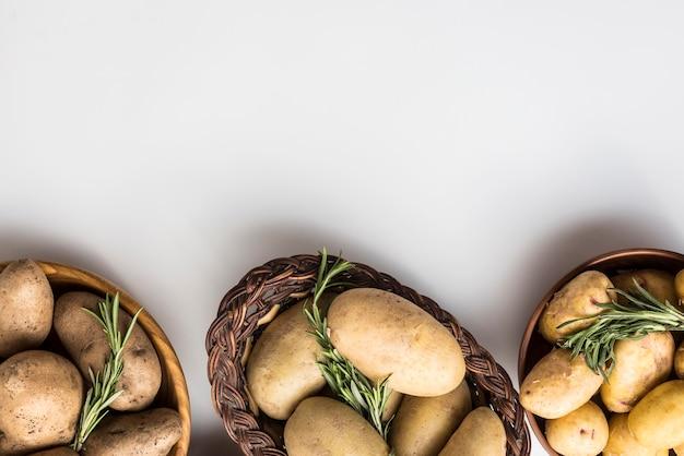 Kom met aardappelen uitgelijnd
