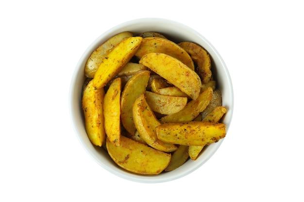 Kom met aardappelpartjes in de schil die op wit worden geïsoleerd
