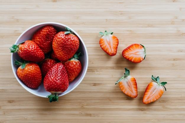 Kom met aardbeien voor het dessert