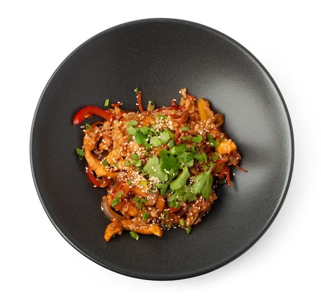 Kom met aziatische woknoedels die op wit worden geïsoleerd