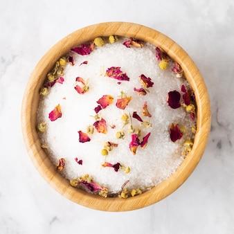 Kom met badzout en bloemblaadjes