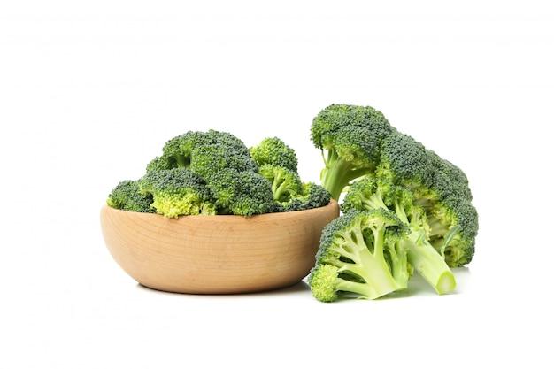 Kom met broccoli die op wit worden geïsoleerd. verse groente