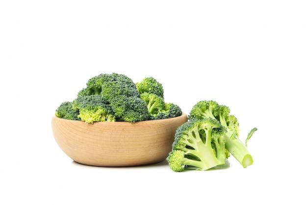 Kom met broccoli die op witte oppervlakte worden geïsoleerd. verse groente