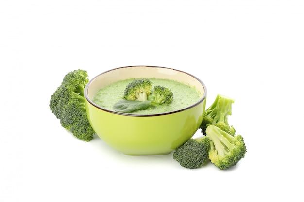 Kom met broccolisoep op wit wordt geïsoleerd dat