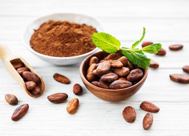 Kom met cacaopoeder en bonen