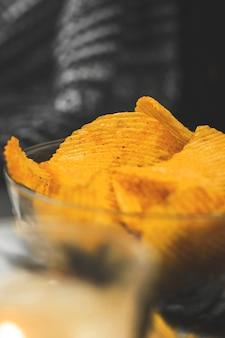 Kom met chips, ongezond voedsel voor tv-kijken in de avond, gezellige winter en herfst warme achtergrond. hoge kwaliteit foto