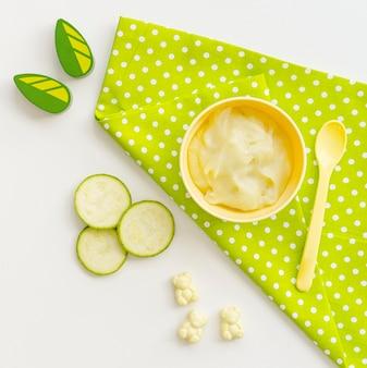Kom met courgette puree voor baby