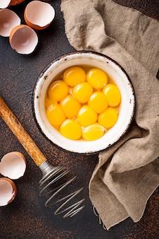 Kom met eieren dooiers en klop