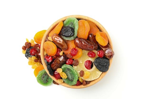 Kom met gedroogde vruchten geïsoleerd op wit