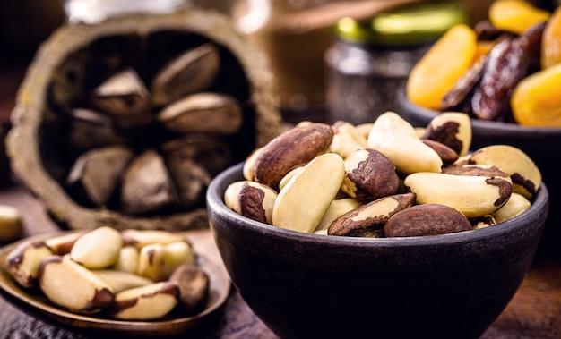 Kom met gepelde paranoten, kookingrediënten uit zuid-amerika, geëxporteerd naar de hele wereld