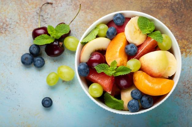 Kom met gezonde verse fruitsalade.