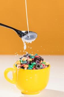 Kom met granen en melk op tafel