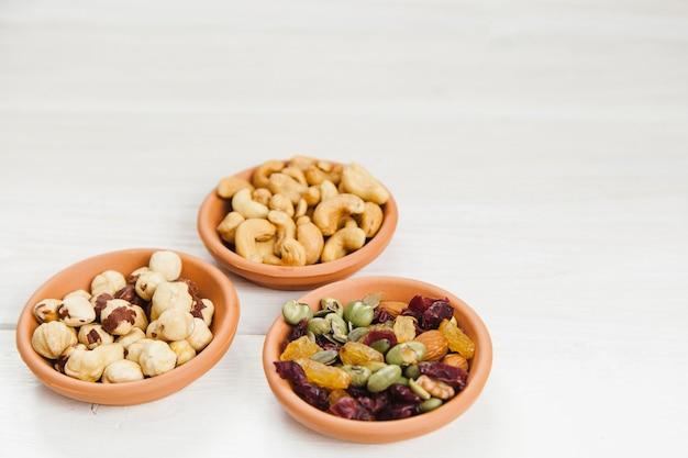 Kom met hazelnoten, cashewnoten, bonen en rozijnen