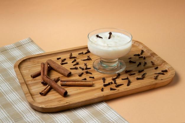 Kom met hominy (canjica) op een houten dienblad,