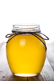 Kom met honing op houten tafel. symbool van gezond leven en natuurlijke geneeskunde.