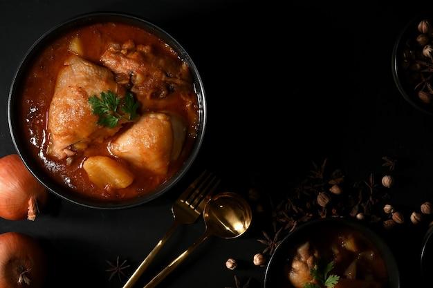 Kom met kip massaman curry soep