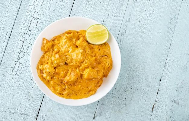 Kom met kipcurry op tafel