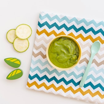Kom met komkommerpuree voor de baby