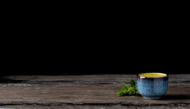 Kom met matcha groene thee op een vintage houten tafel