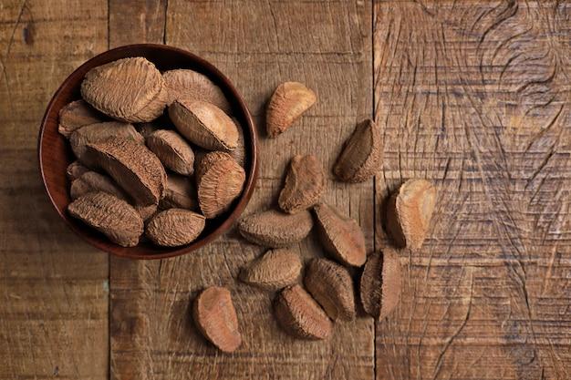Kom met paranoten op houten lijst