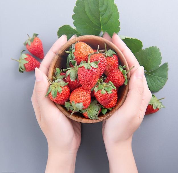 Kom met prachtige heerlijke aardbeien