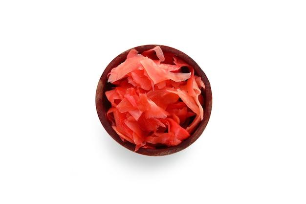 Kom met rode ingelegde gember die op wit wordt geïsoleerd