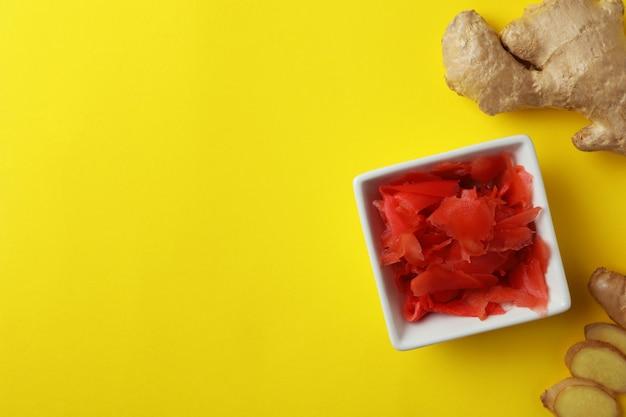 Kom met rode ingelegde gember en gember op geel