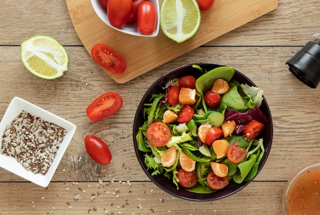 Kom met salade op tafel
