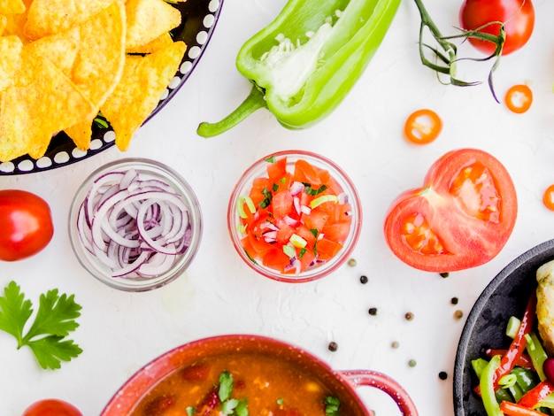 Kom met salsa saus en ingrediënten