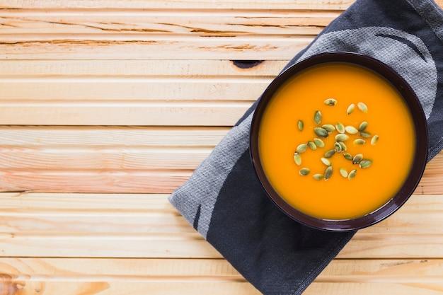 Kom met soep op handdoek