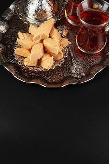 Kom met stukjes turks fruitlokum en zwarte thee