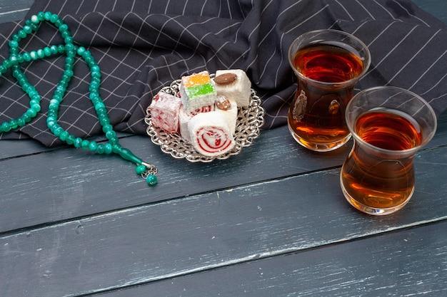 Kom met traditionele turkse lokum close-up