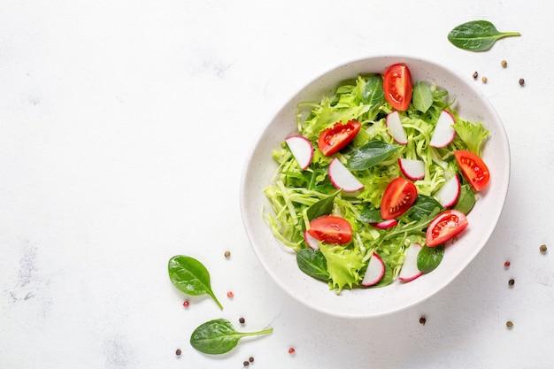 Kom met vegetarische frisse salade. gezonde voeding, dieetlunch. bovenaanzicht.