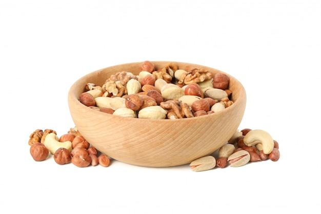 Kom met verschillende noten geïsoleerd op een witte achtergrond. vitamine voedsel