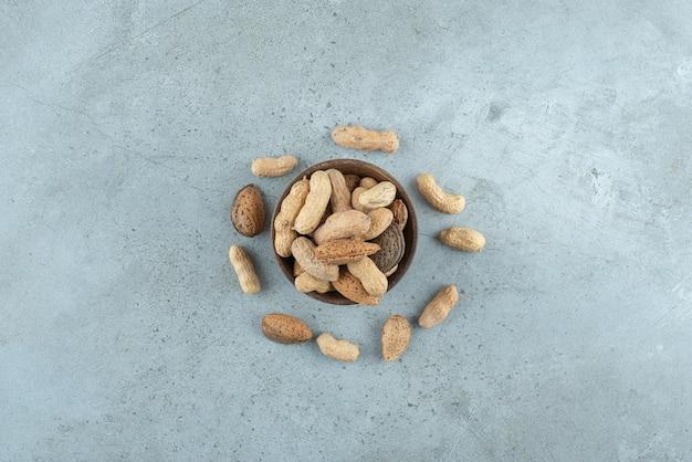 Kom met verschillende noten op marmer
