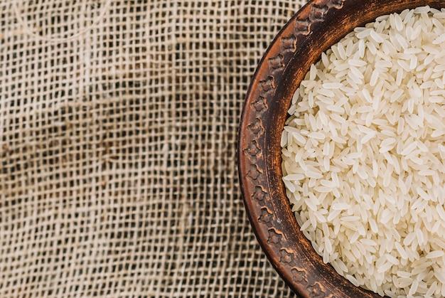 Kom met witte rijst op linnen doek