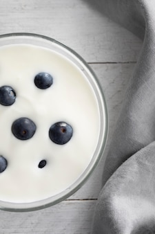 Kom met yoghurt en bosbessen bovenaanzicht