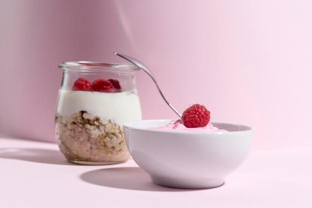 Kom met yougurt en granola granen en framboos
