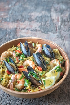 Kom met zeevruchten paella