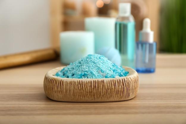 Kom met zeezout op houten tafel