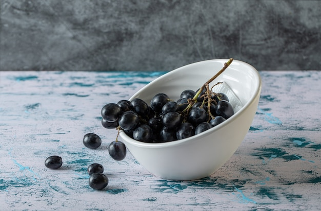 Kom met zwarte verse druiven.