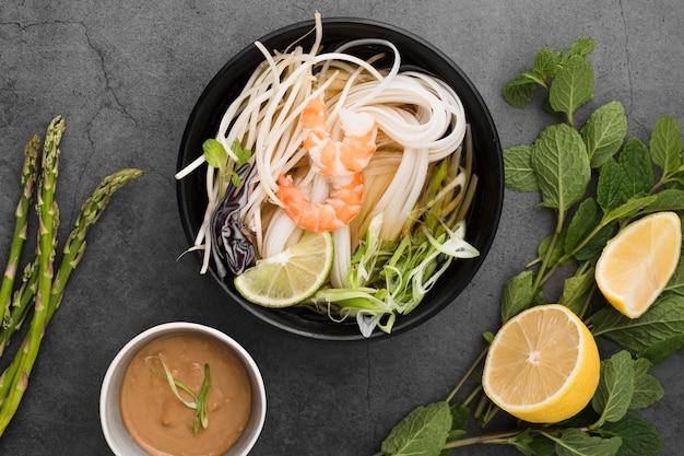 Kom noedels met saus en asperges
