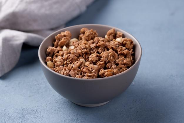 Kom ontbijtgraangewas met doek