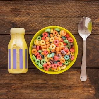 Kom ontbijtgranen met fles en lepel